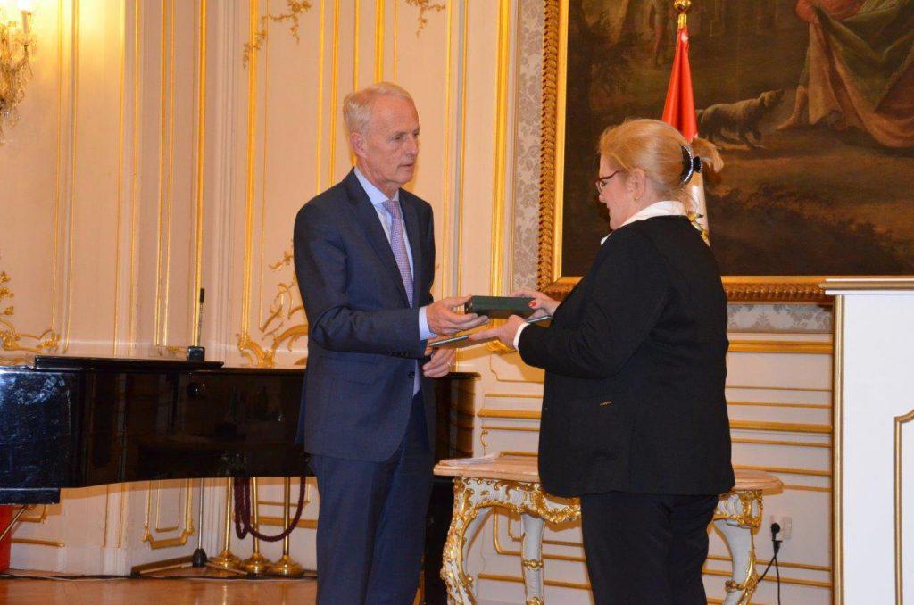 Perényi János nagykövet átadja a kitüntetést 4.